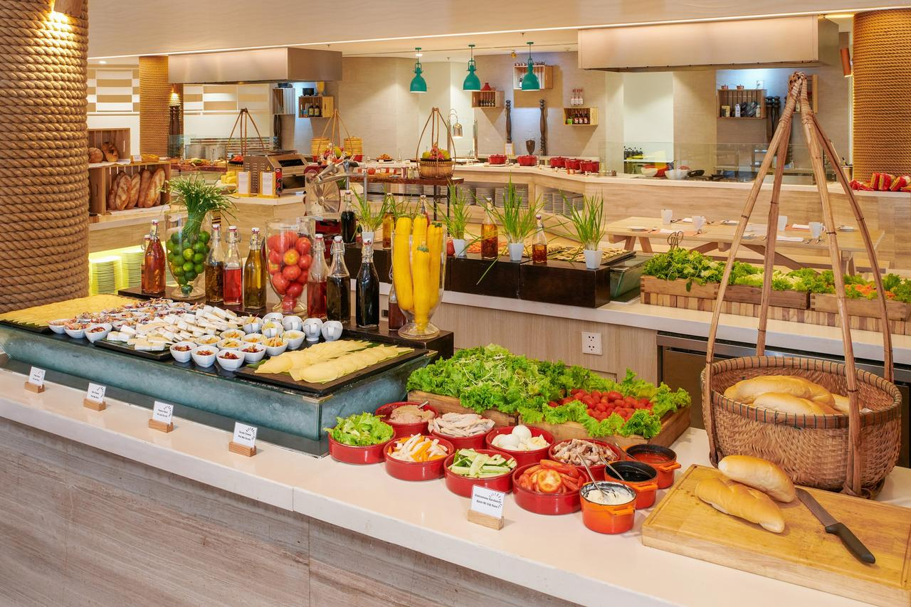Завтраки в ресторане отеля Отель Сол Бич Хаус Фукуок 5*