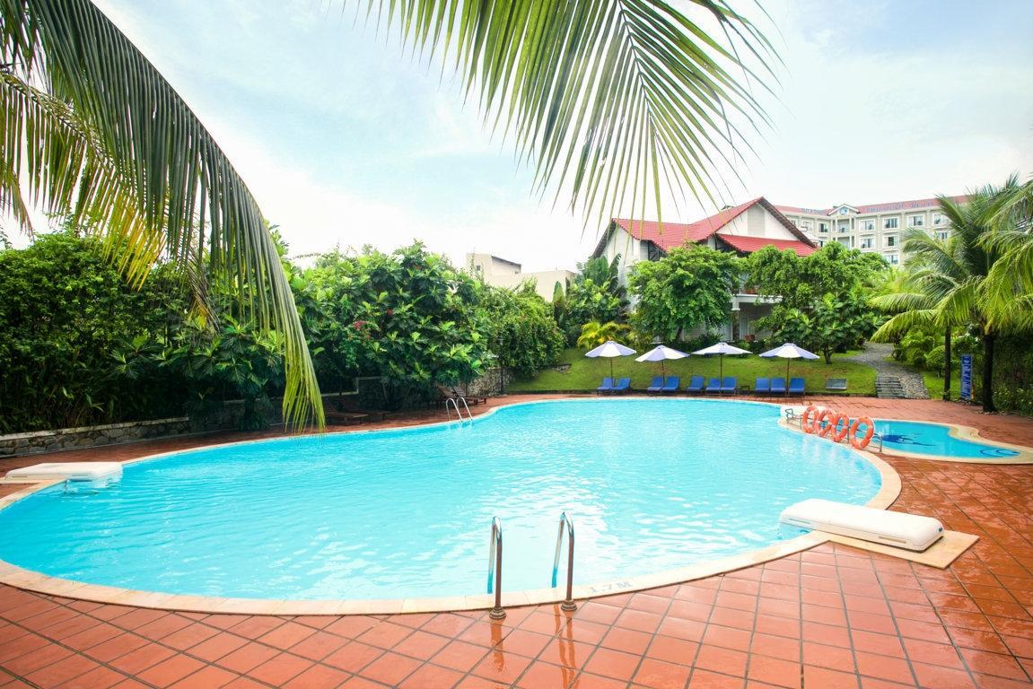 Бассейн в отеле Hoa Binh Hotel 4* на Фукуоке (Вьетнам)