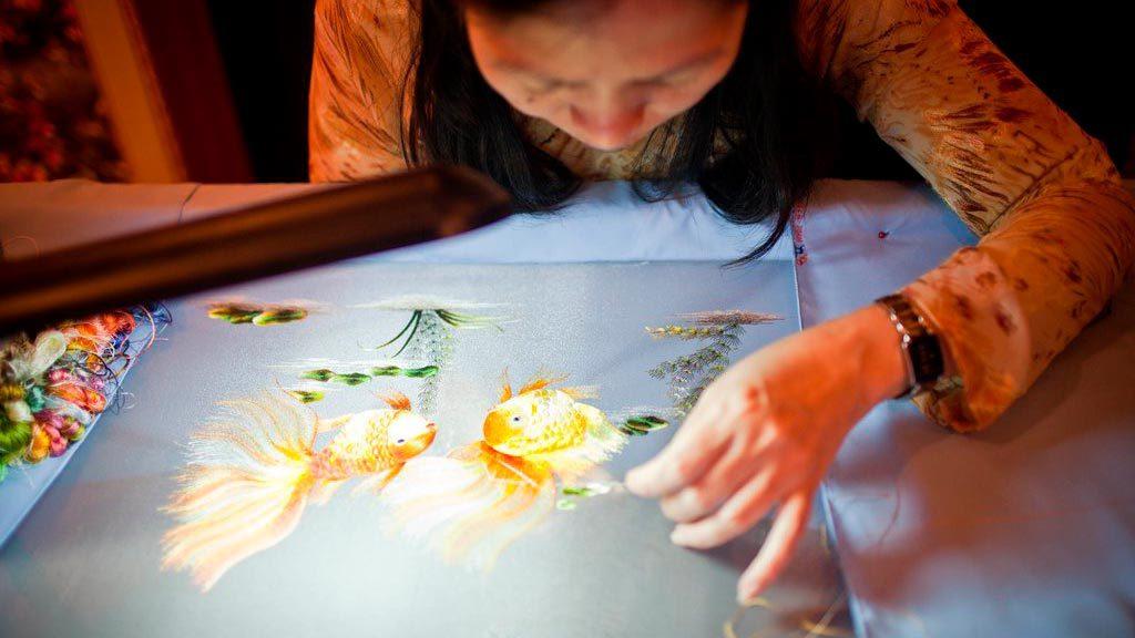 Как вышивают картины из шелка во Вьетнаме