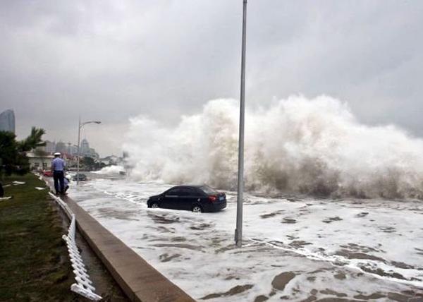 Волны во Вьетнаме во время тайфуна