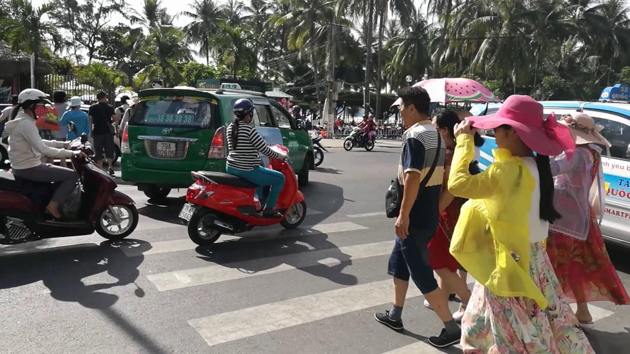 Как переходить улицу во Вьетнаме