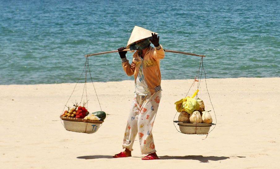 Как ходят вьетнамцы на пляже
